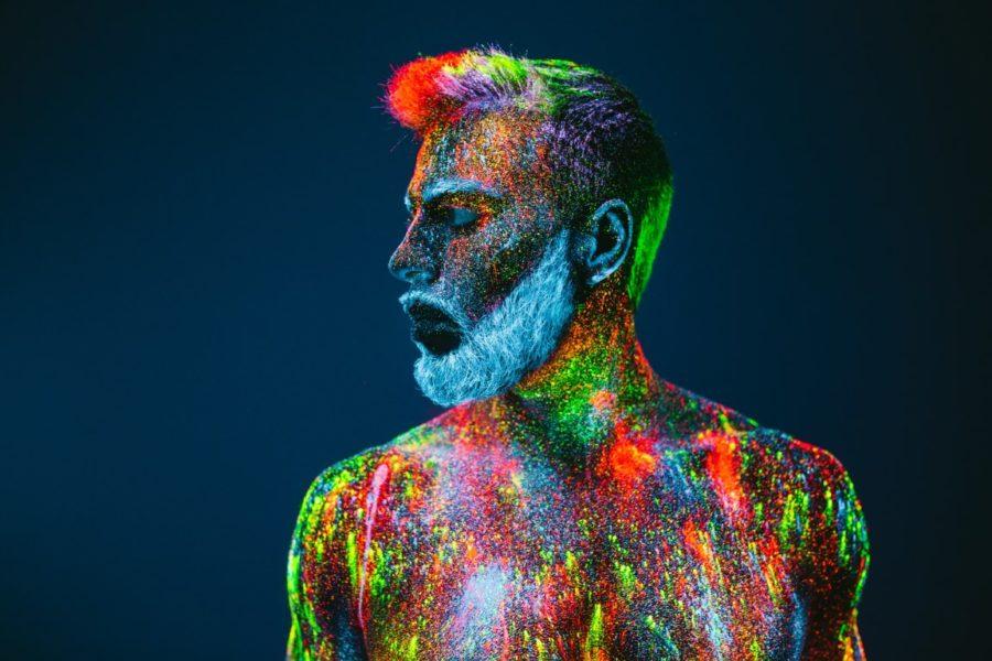 мужчина в краске