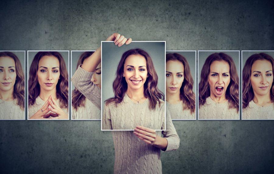 девушка держит свой портрет