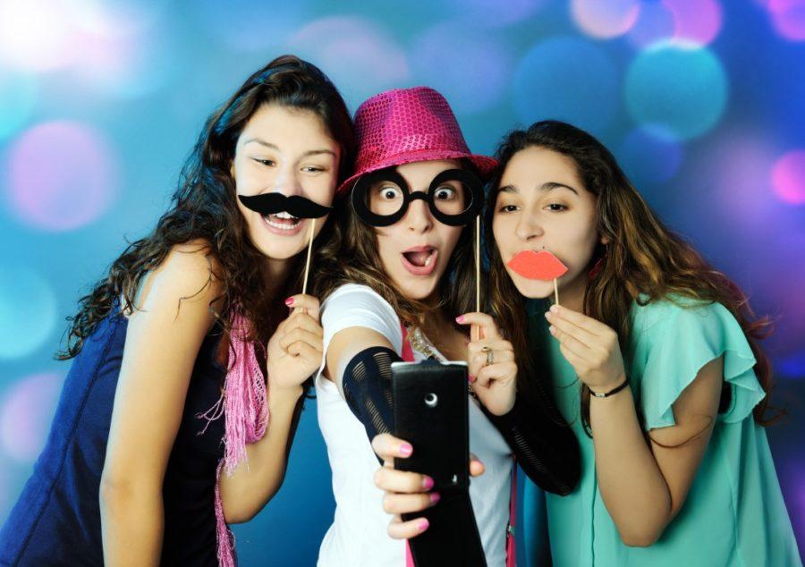 три девушки веселятся