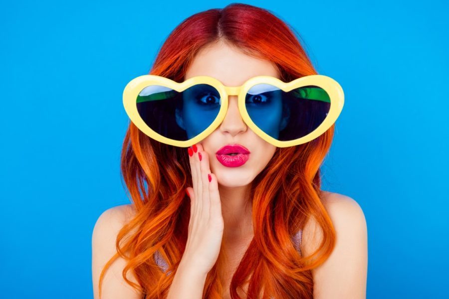 рыжая девушка в очках