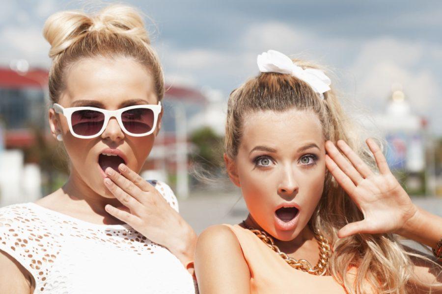 девушка в очках с подругой