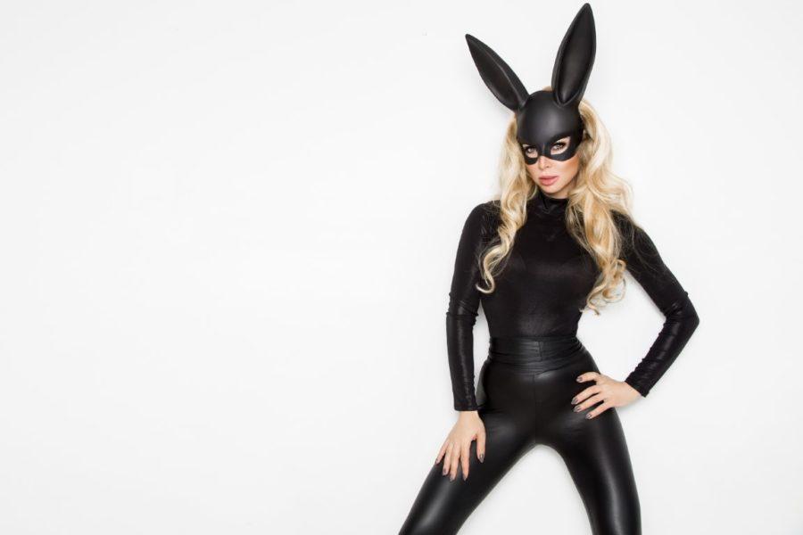 девушка в сексуальном черном костюме