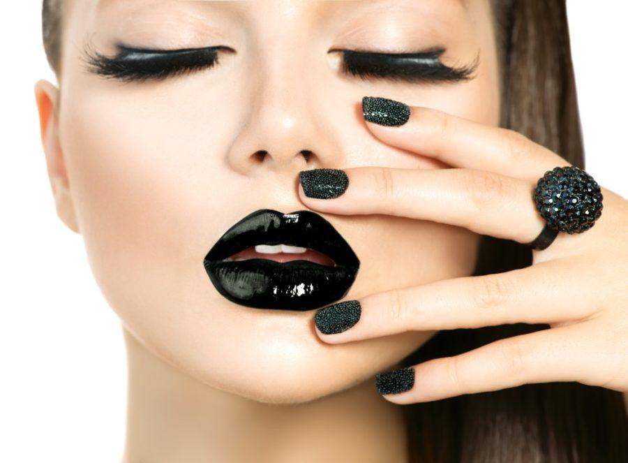 девушка с черными губами и ногтями