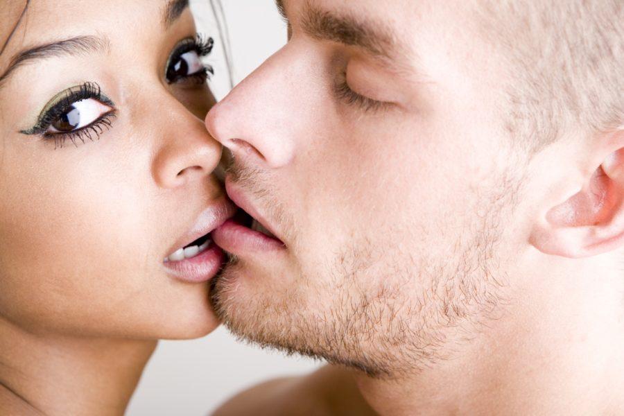 целовать женщину