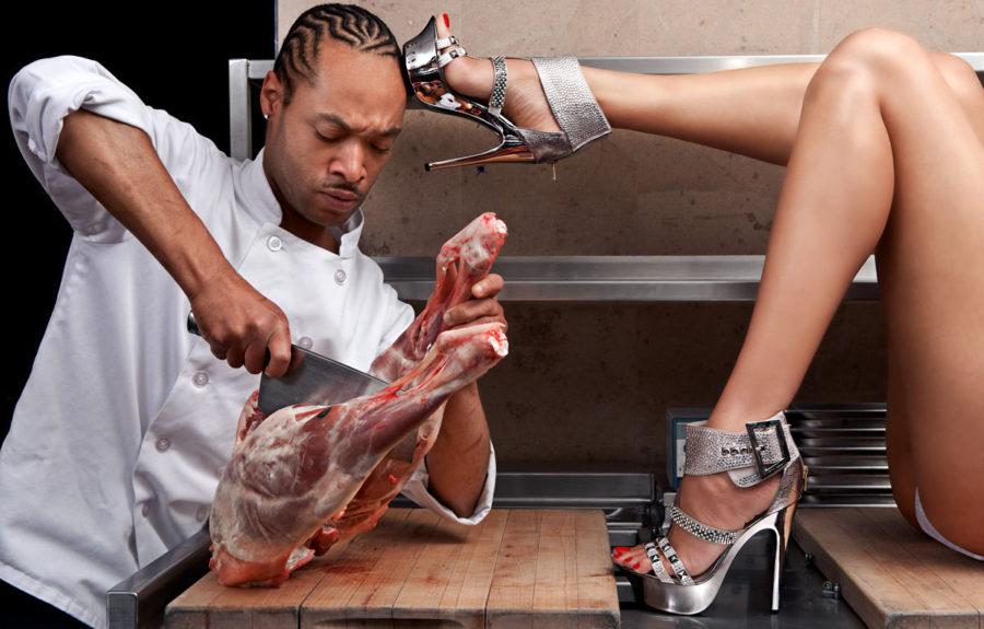 Мужчина режет мясо