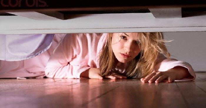 девушка прячется