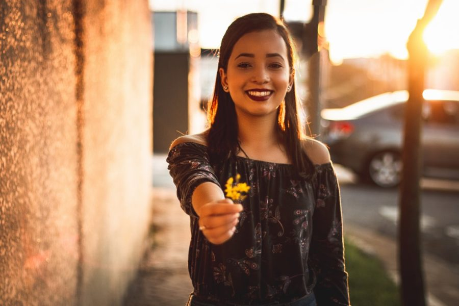 девушка держит цветок