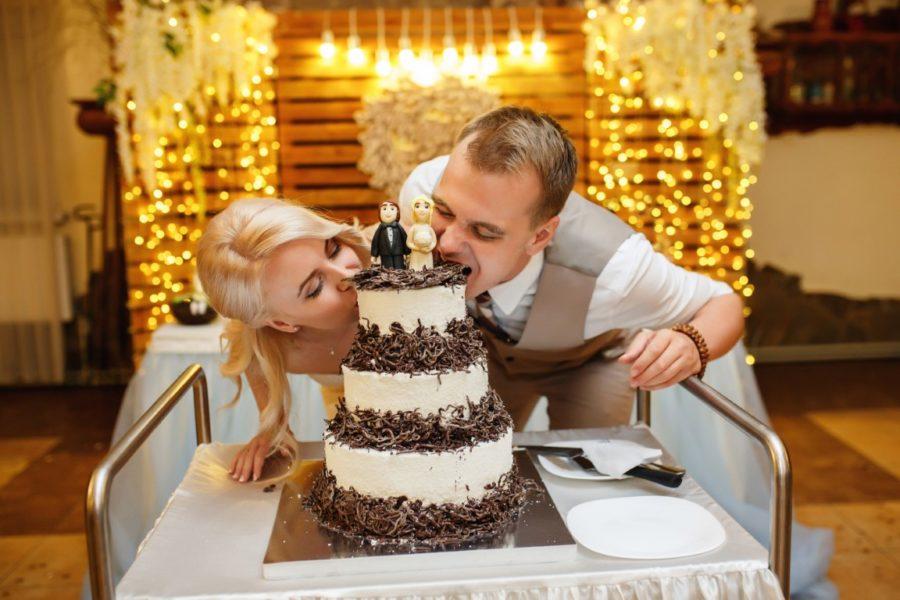 жених невеста и торт