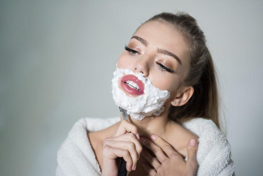 девушка бреет бороду