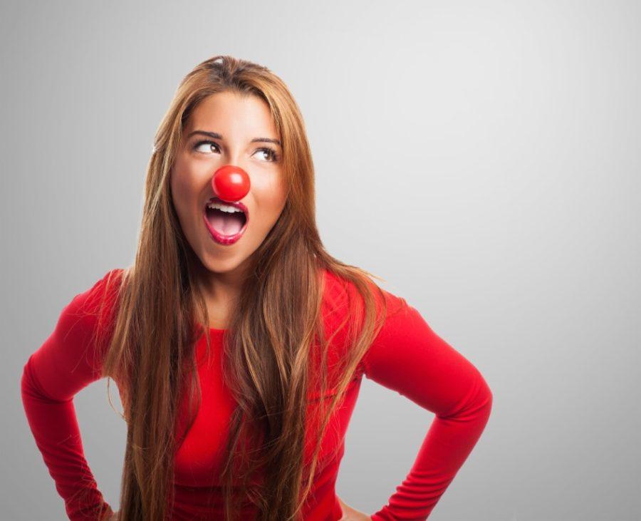девушка с клоунским носом