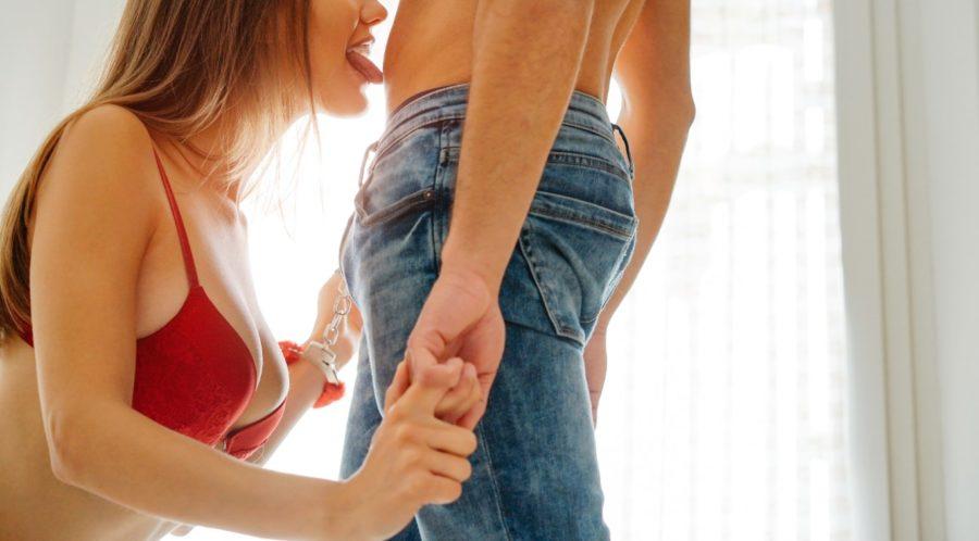 девушка целует живот мужчине