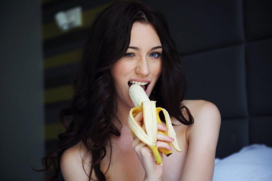 девушка сексуально ест