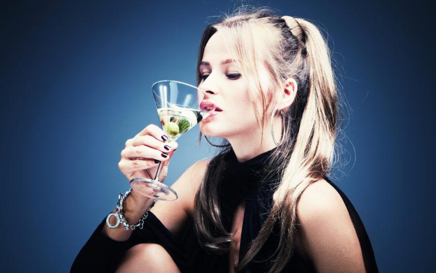 мужественный запах заставляет женщин пить больше алкоголя