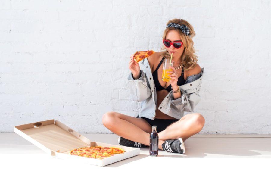 девушка с пиццей