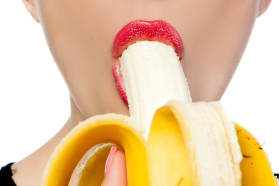 девушка с бананом во рту