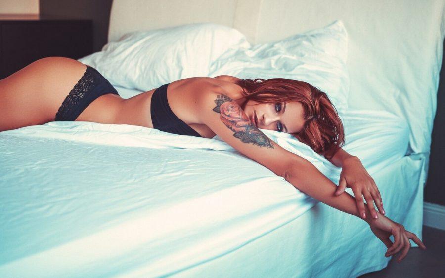 рыжая девушка в кровати