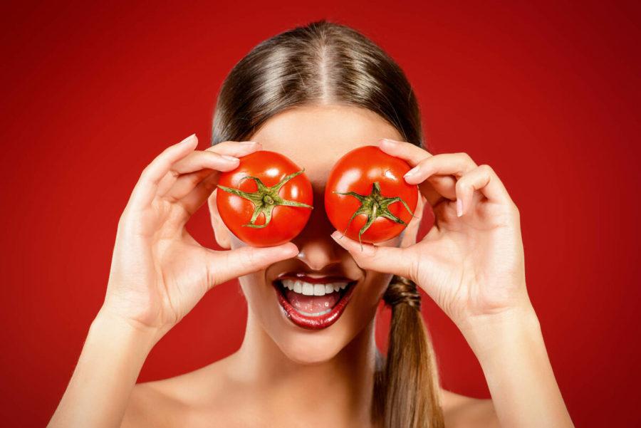 девушка ест томат