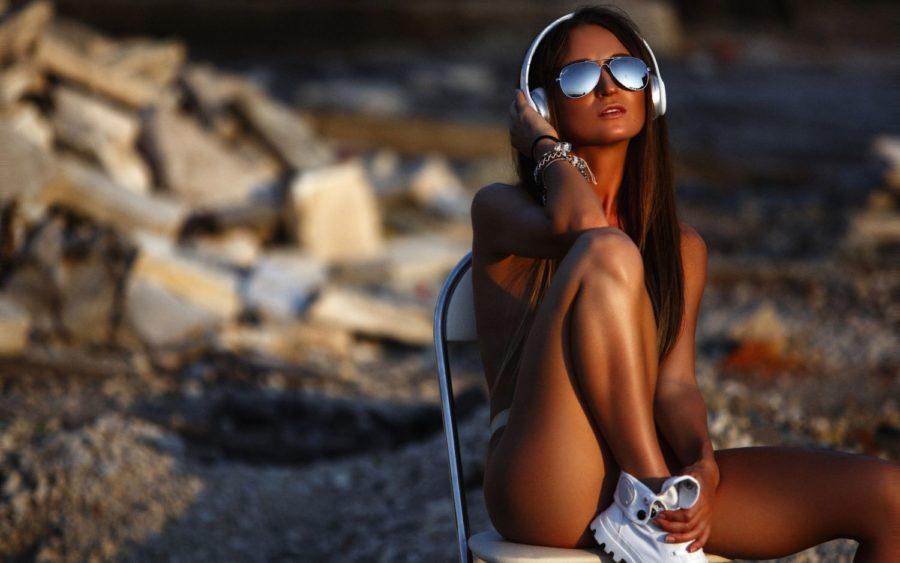 девушка с наушниками на пляже