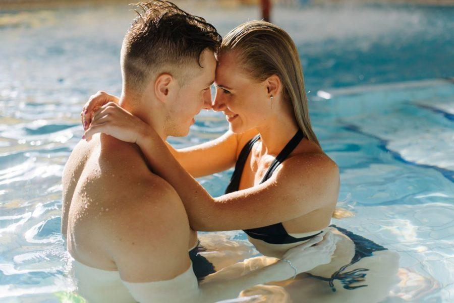 секс в бассейне