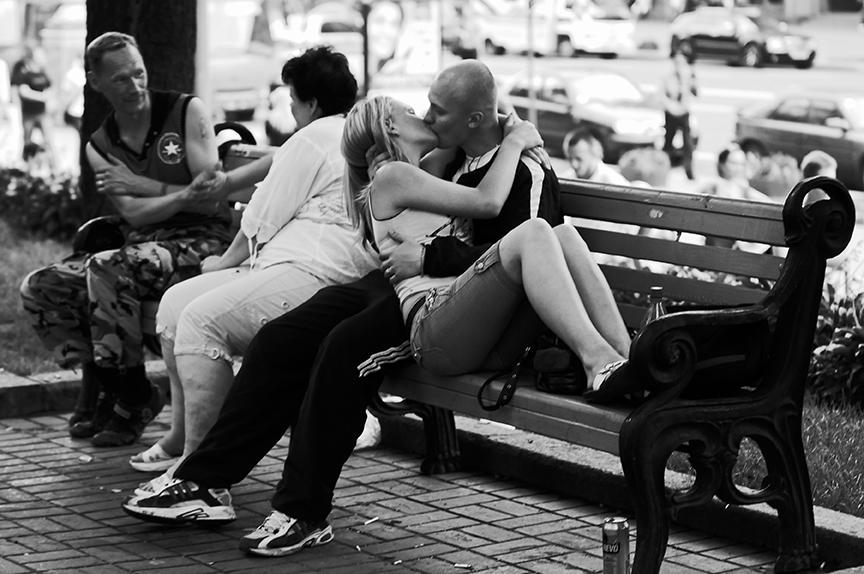 Зачем люди целуются на улице