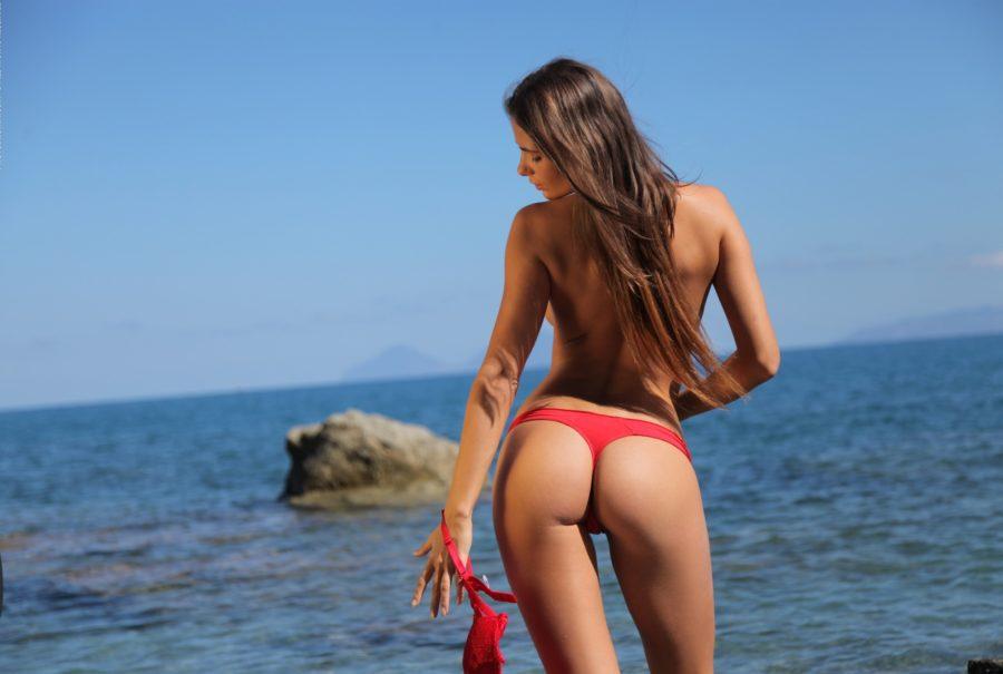непринужденная девушка у моря