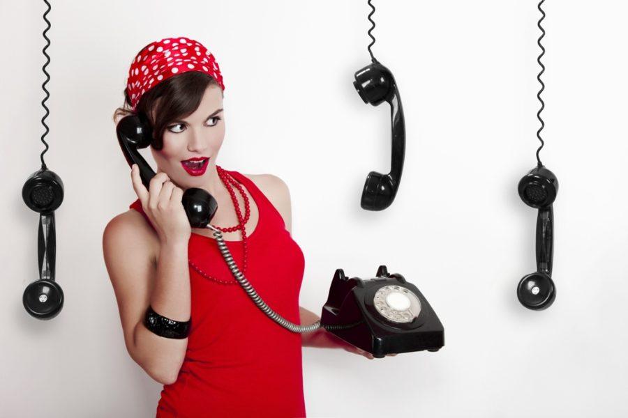 женщина звонит мужчине