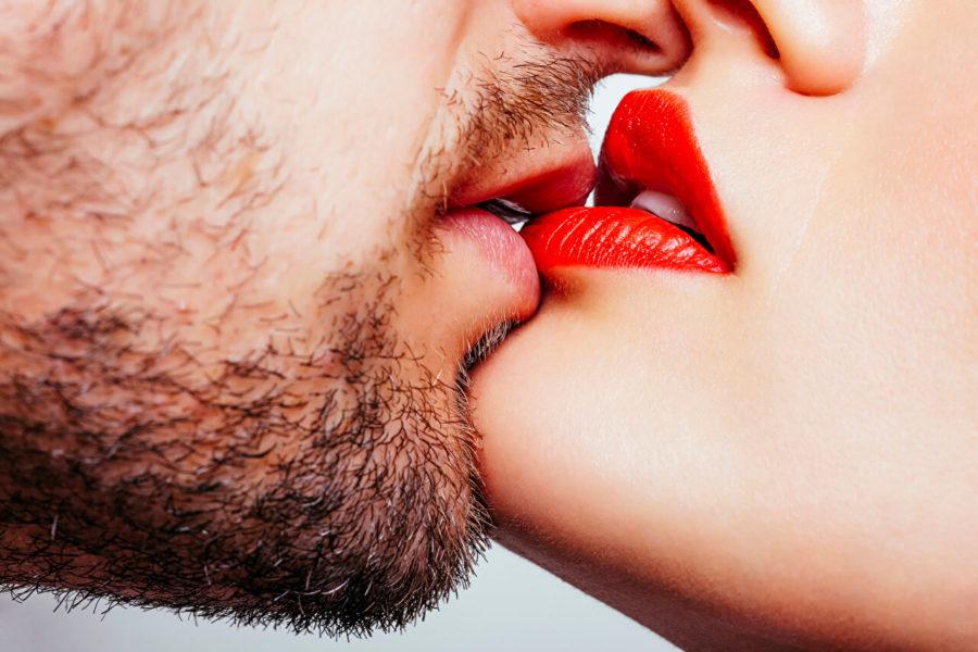 Как возбудить парня поцелуем