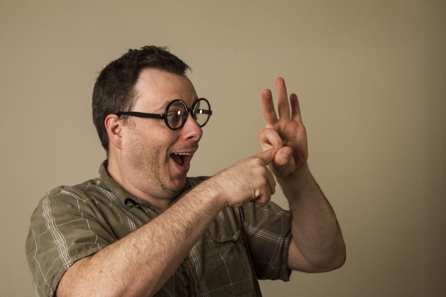 мужчина в очках показывает секс пальцами