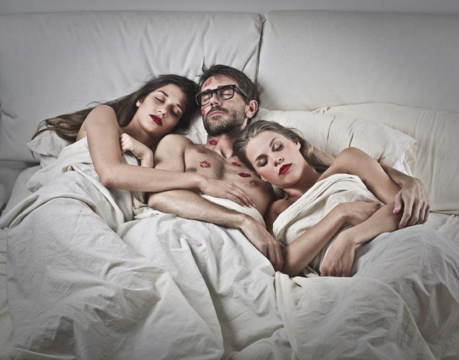 две девушки и парень в кровати