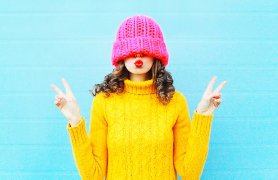 девушка в желтой кофте