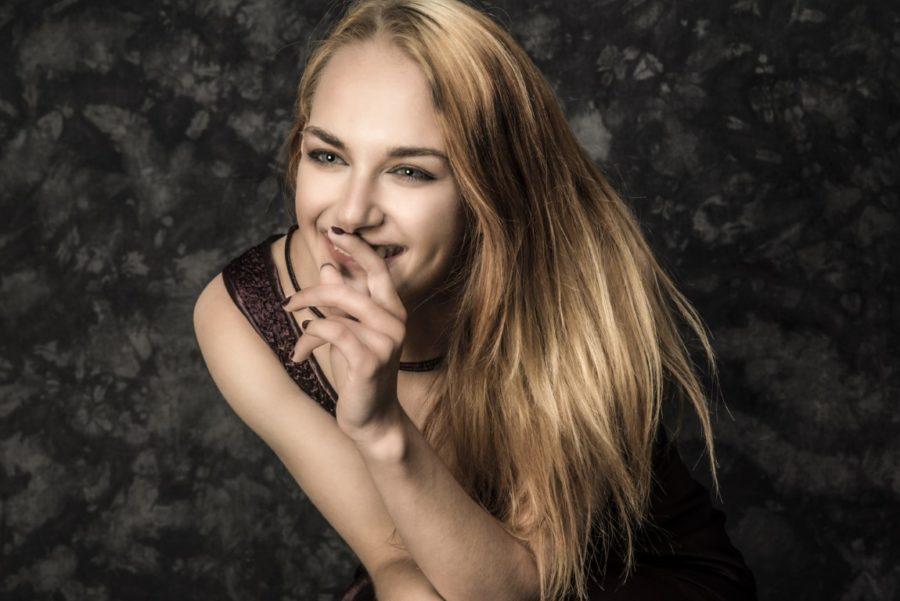 блондинка смеется