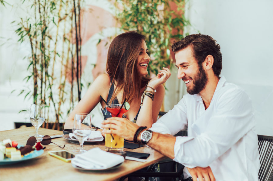 Девушка с парнем в кафе