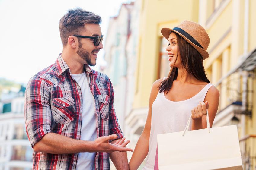 парень и девушка на шоппинге