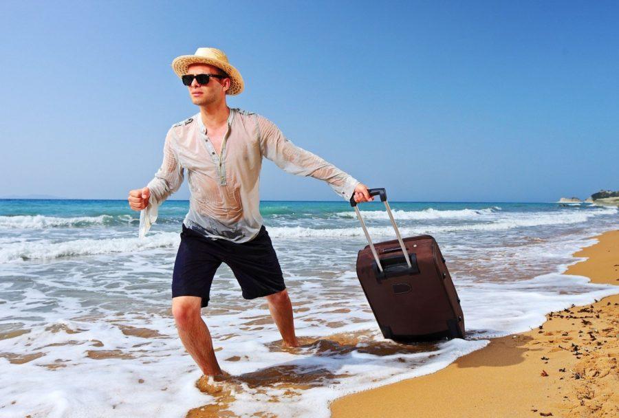 Парень с чемоданом в море