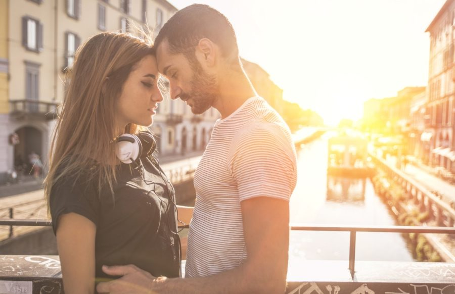 Парень с девушкой на мосту