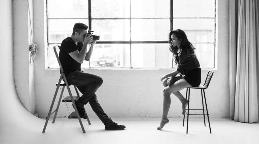 Парень фотографирует девушку
