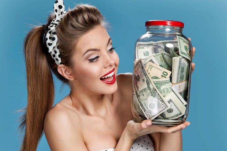 Девушка с банкой денег