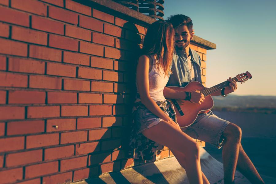 Парень с девушкой на крыше