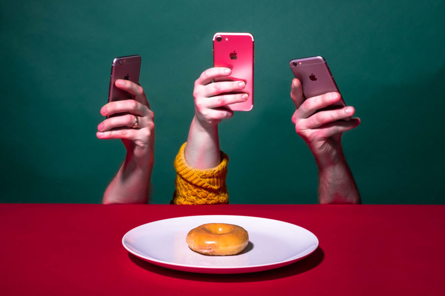 люди фотографируют еду