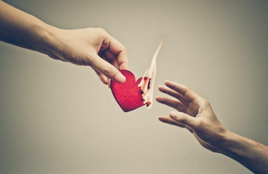 руки и горящее сердце