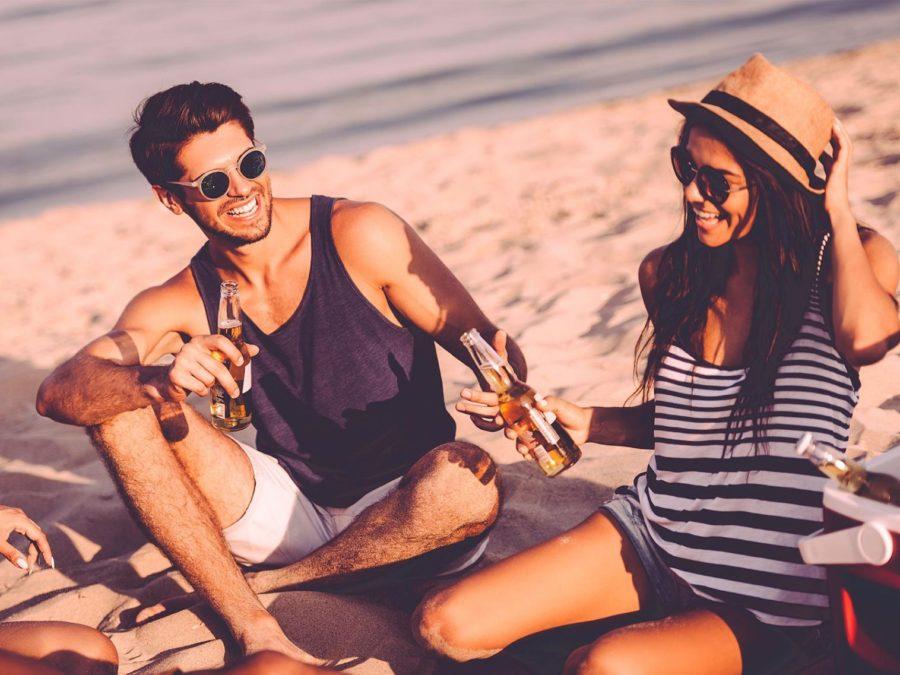Парень с девушкой на пляже