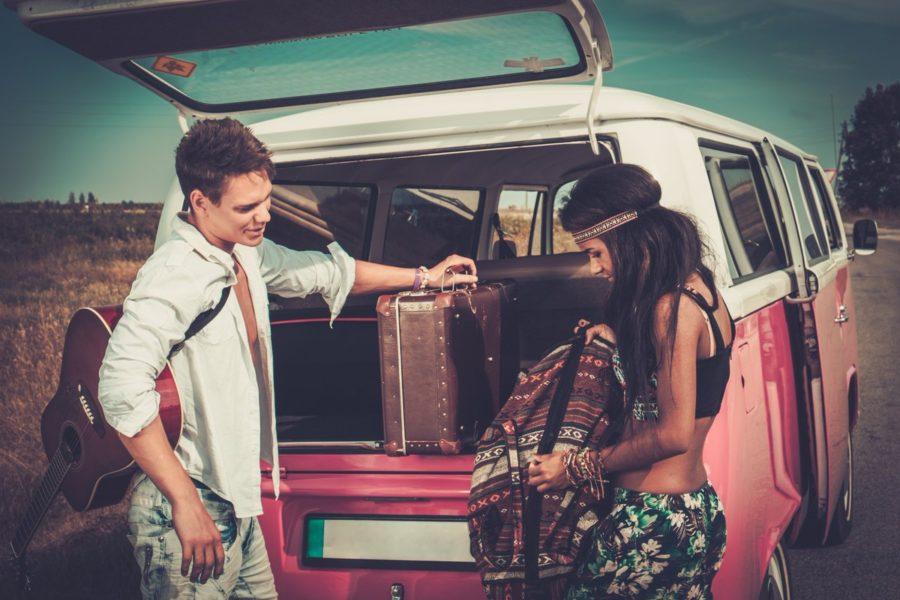 Девушка с парнем и сумками