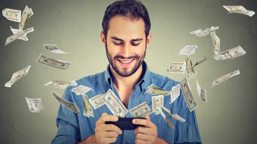 мужчина, деньги и телефон