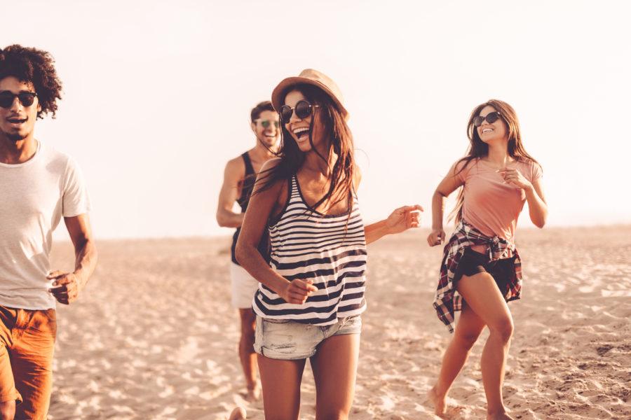 Девушка с друзьями на пляже