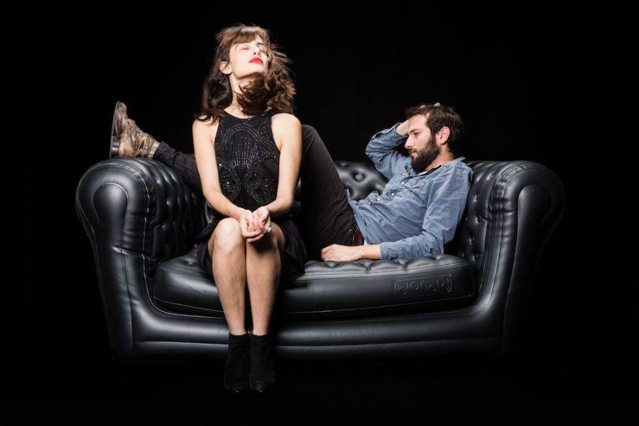 Девушка с парнем на диване