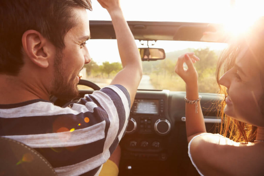 Парень с девушкой в кабриолете