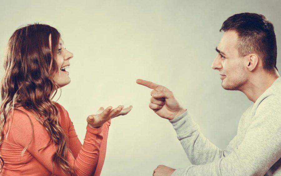 мужчина и девушка разговаривают