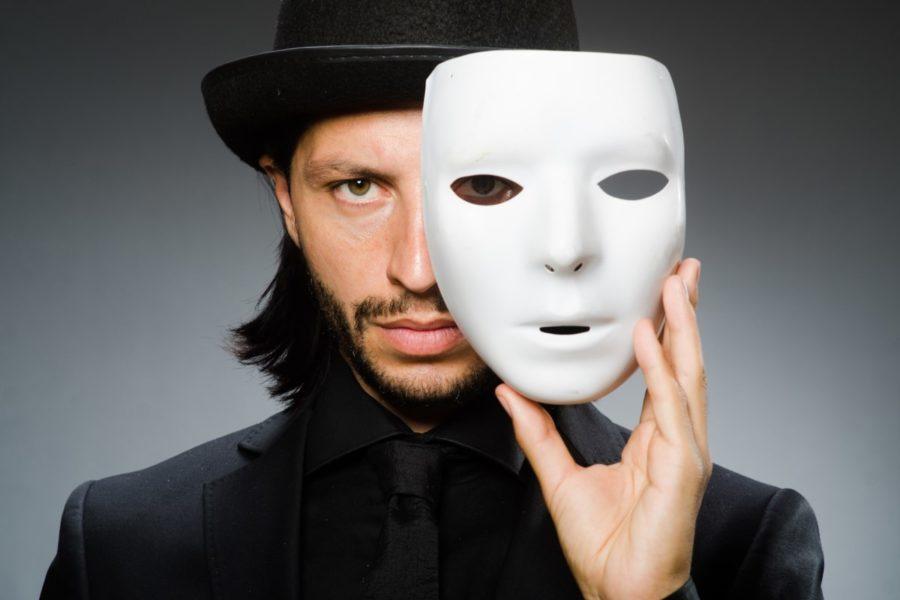 парень с белой маской