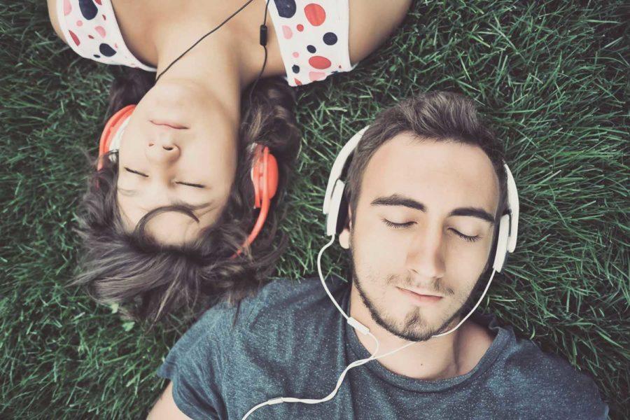 мужчина и девушка на траве