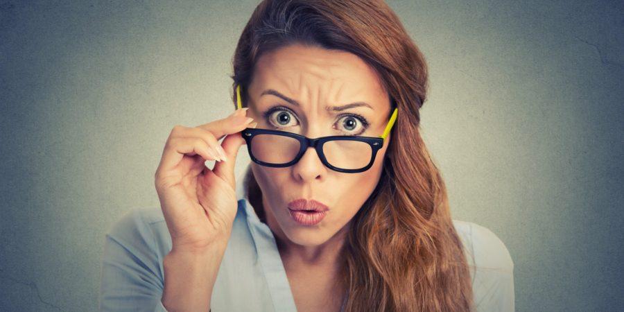 девушка в очках удивлена